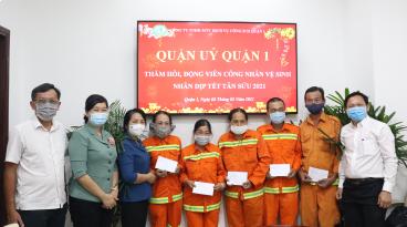 Ủy viên Ban Thường vụ Thành ủy, Bí thư Quận ủy Quận 1 Trần Kim Yến tặng quà tết cho công nhân vệ sinh môi trường
